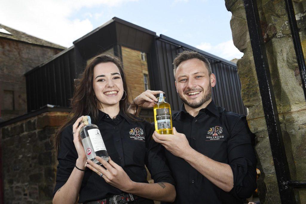 Rebecca Orr a Eoin O Murchu z návštěvnického centra palírny Holyrood