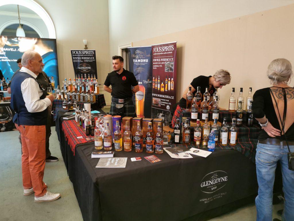 Lidé z Fous Spirits (www.e-whisky.cz) přivezli nejen širokou nabídku z palíren Tamdhu, Glengoyne či BenRomach, ale také ochotně a zasvěceně poradili s výběrem