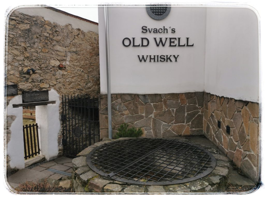 Stará studna a vchod do sklepa Svach